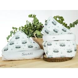 regalo bebe personalizado capa baño bordada, nececer y cesto mapaches